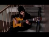 Девушка красиво играет испанскую музыку на гитаре.....